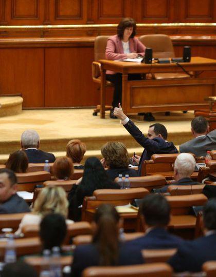 UPDATE | Codurile Penale, modificate după decizia CCR, au trecut de Parlament. Opoziţia anunţă un nou atac la CCR