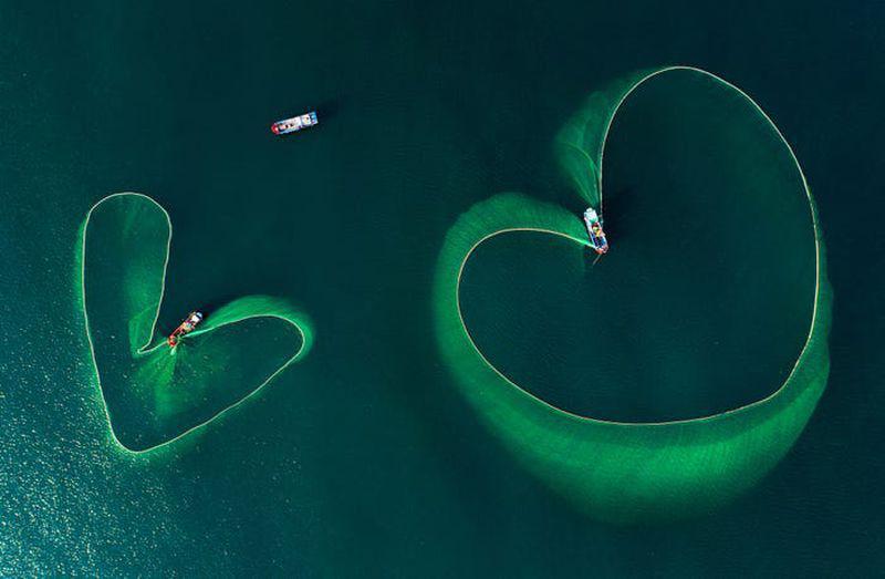 """Inimile mării"", de Nguyen Phan Xuan. În fotografie apar două plase de pescuit, în formă de inimă. foto: Nguyen Phan Xuan /AGORA Images"