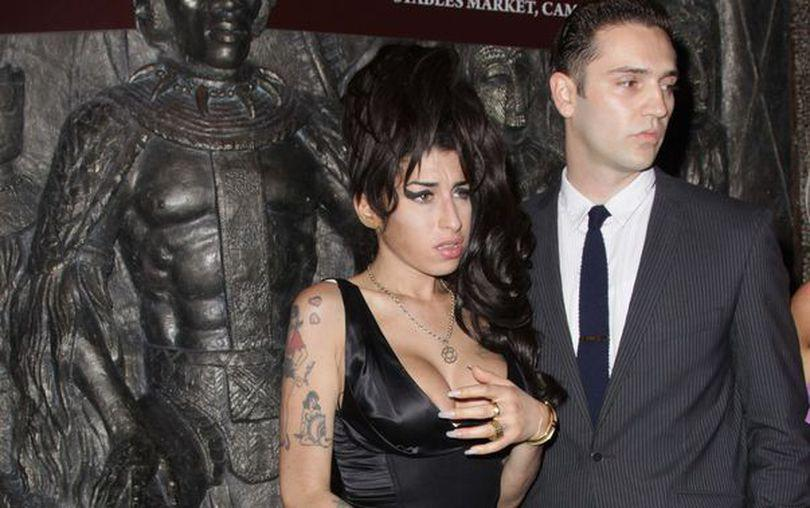 Amy Winehouse era logodită în secret cu Reg Traviss
