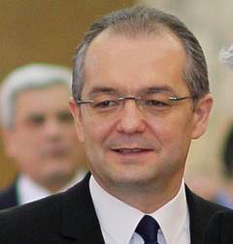 """Emil Boc: """"În România nu este niciun pericol privind consumul de castraveţi"""""""