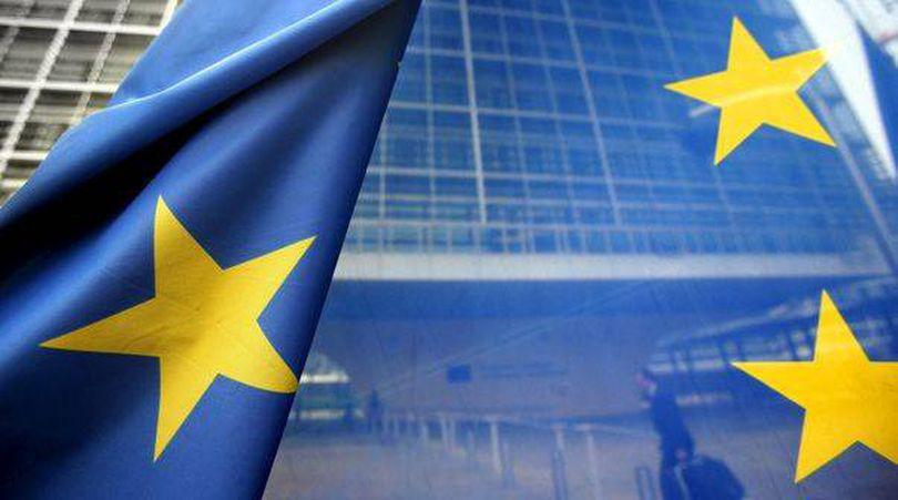 Procentul românilor care au încredere în UE a scăzut, dar rămâne peste media europeană