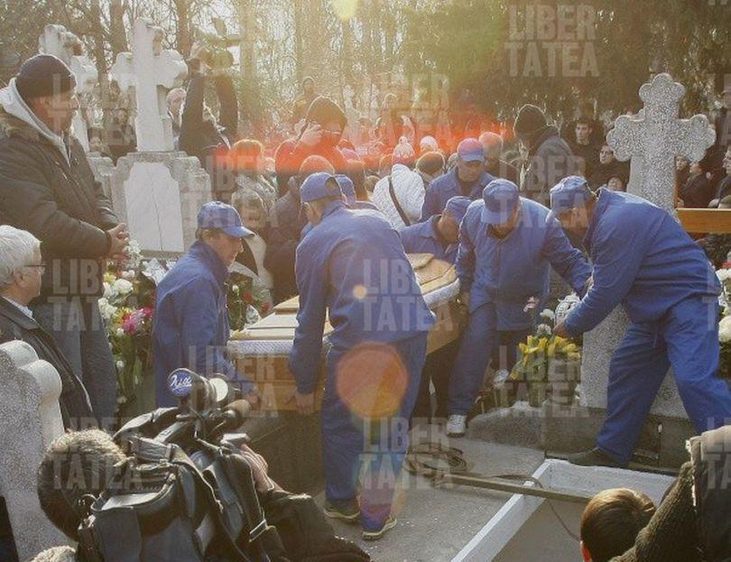 SEMN DIVIN? Fenomen optic superb, la înmormântarea Micăi | FOTO