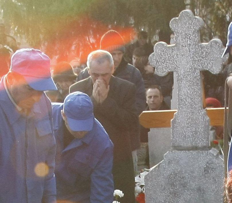IMAGINI CUTREMURĂTOARE | Durere mai mare nu există! Părinţii Micăi, la înmormântare | FOTO