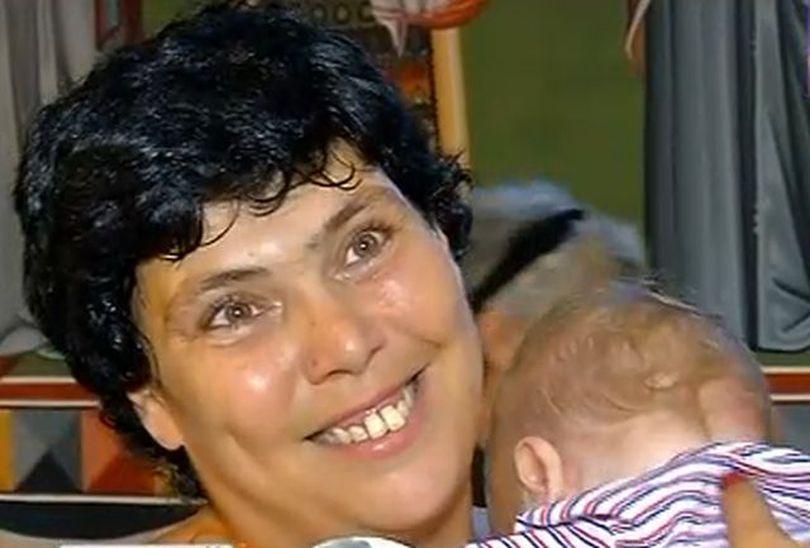 Ioana Tufaru îi taie moțul băiețelului ei. Cine este cea care se va ocupa de fiul ei