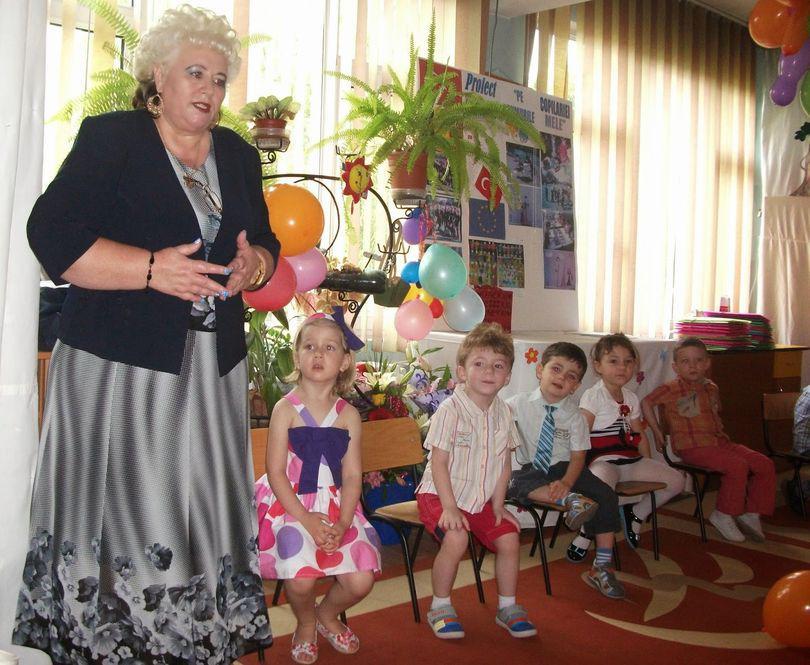 Viață de dascăl în România:  Iese la pensie, dar nu a primit salariile restante din 2011