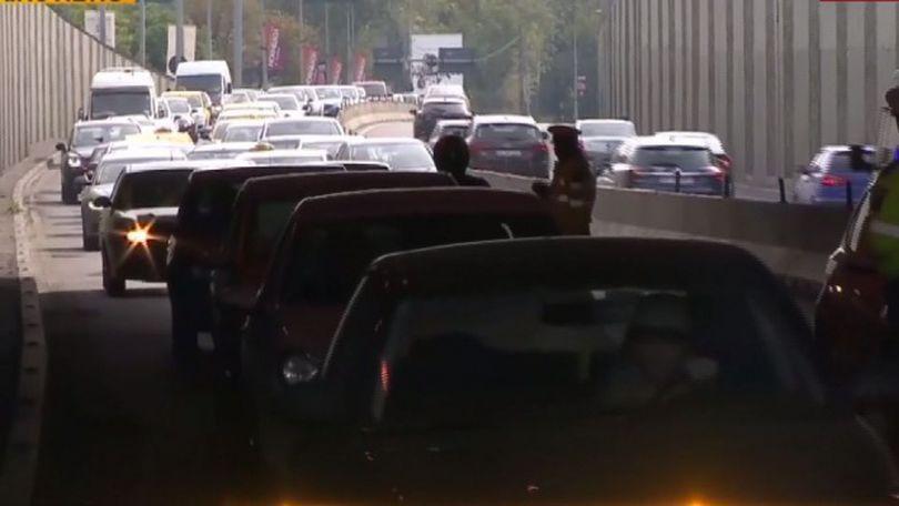 Carambol cu cinci mașini în Pasajul Băneasa din Capitală. Se circulă pe un singur fir, în sensul spre Ploiești