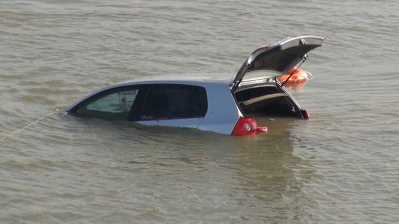 UPDATE O mașină cu cinci persoane la bord a căzut în Dunăre. Operațiunea de căutare continuă