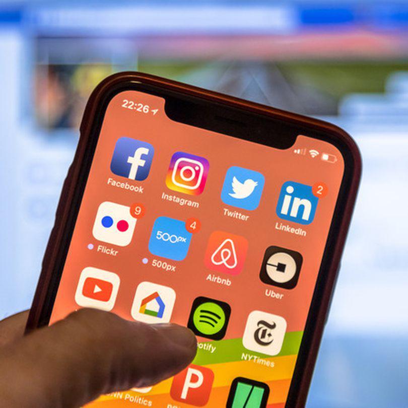 Telefoane smartphone la eMag de Black Friday. iPhone, Samsung și Huawei la ofertă