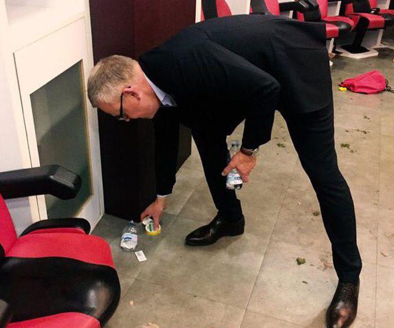 Ce lecție! Selecționerul echipei de fotbal a Suediei, Janne Andersson, a făcut curat în vestiar după calificarea la CM 2018