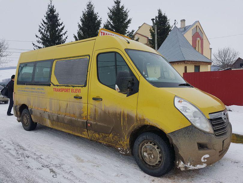 REPORTAJ/Peste 50 de copii dintr-un sat din Vaslui merg 15 kilometri prin zăpadă și ger ca să ajungă la școală