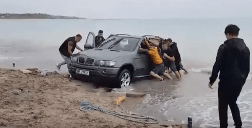 VIDEO/ Un șofer a intrat cu BMW-ul în mare, la Vama Veche. Ce sancțiune riscă