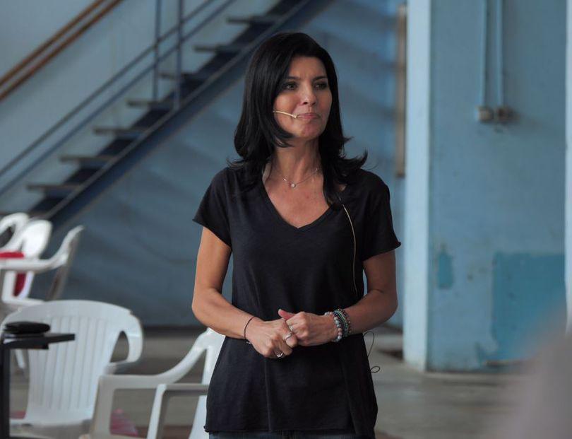 TVR plăteşte 24.000 de euro firmei Laviniei Şandru: câte 2.000 de euro pentru fiecare interviu de 30 de minute!