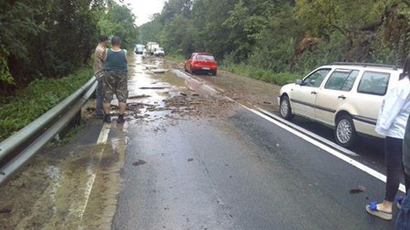 DN 7 este blocat de aluviuni în județul Arad. Mai multe gospodării au fost inundate, iar o mașină a fost luată de viitură