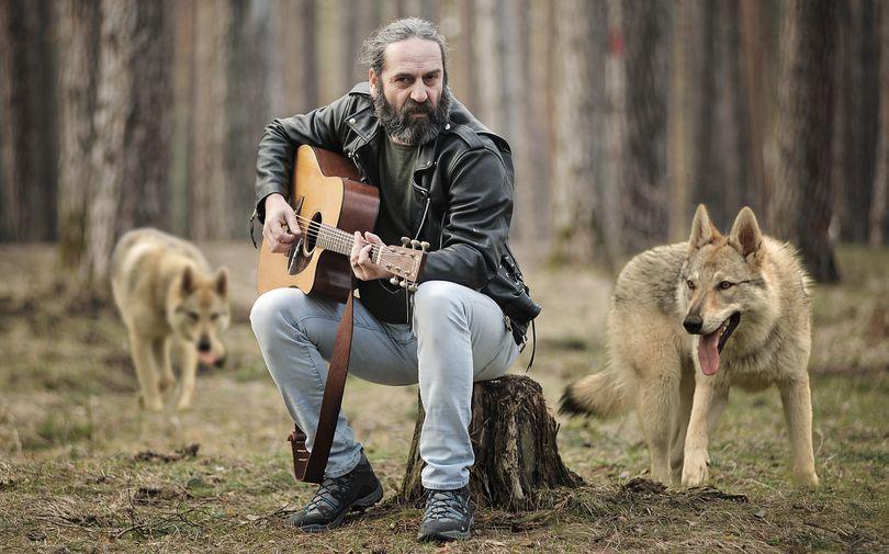 """REPORTAJ/ Adrian Bezna, o viaţă de trubadur strecurată printre poezie şi cântec: """"Poezia am scris-o când m-am julit la genunchiul sufletului""""/ VIDEO"""