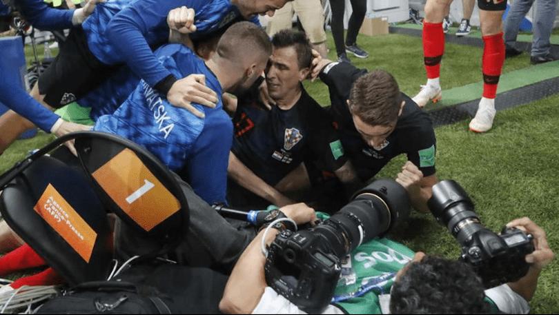 Mario Mandzukic a dărâmat un fotograf, la bucuria de la golul de 2-1