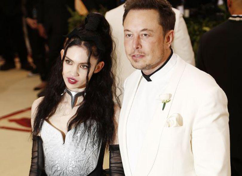 Sursă românească de lângă magnatul Tesla: Elon Musk este presat să se despartă de cântăreața Grimes ca să rămână în fruntea companiei!