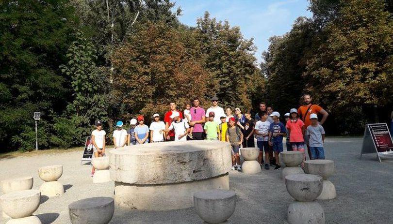 """Hănescu şi jucătorii de la """"Train Like a Pro"""" au vizitat ansamblul Brâncuşi"""