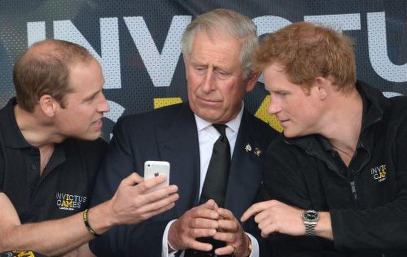 Prințul Charles are o relație tensionată cu William și Harry. Urăște un lucru pe care fiii lui îl fac în public