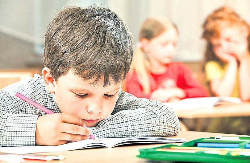 """Părinții și-au retras copiii de la școală din cauza învățătoarei care """"râde și țipă din senin"""". """"Băiatul meu nu a mai vrut să meargă de frică"""""""