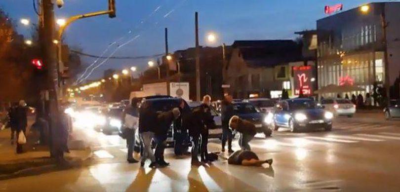 VIDEO | O femeie a fost spulberată pe trecerea de pietoni. Imaginile sunt șocante