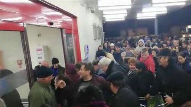 VIDEO / Îmbulzeală la deschiderea unui supermarket din Baia Mare. Clienții au fost atrași de reducerile oferite