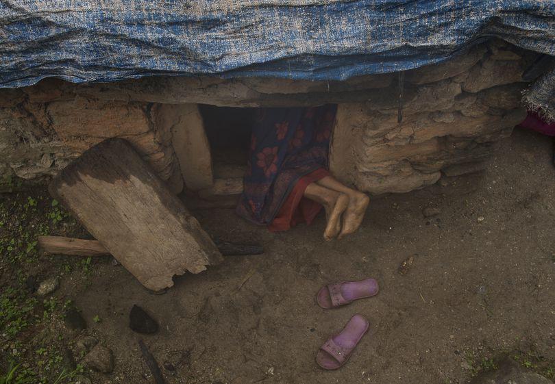 """O mamă și cei doi copii ai săi au murit în Nepal după ce au fost forțați să doarmă în """"coliba menstruației"""""""