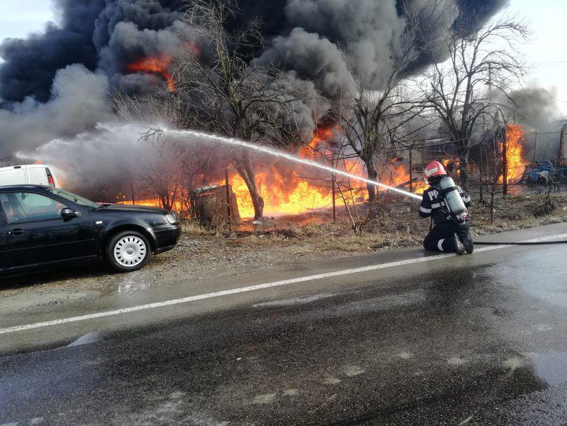 FOTO/ Incendiu de proporții și mai multe explozii într-o vulcanizare. Traficul pe DN 2A a fost închis