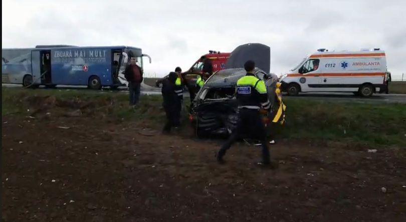 Accident între un autobuz și un autoturism în fața aeroportului din Constanța. Patru persoane au fost rănite   VIDEO